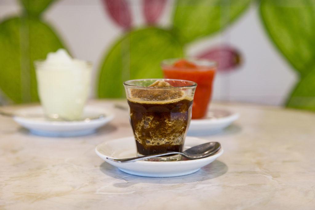 La granita siciliana de L'Ancora dal 1968 al caffè fragola e limone